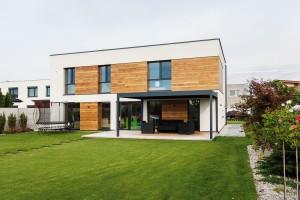 Optimální klima vcelém domě zabezpečuje kombinace parametrů obvodových konstrukcí, stěnového vytápění achlazení, řízeného větrání srekuperací aexteriérových žaluzií. Foto Dano Veselský