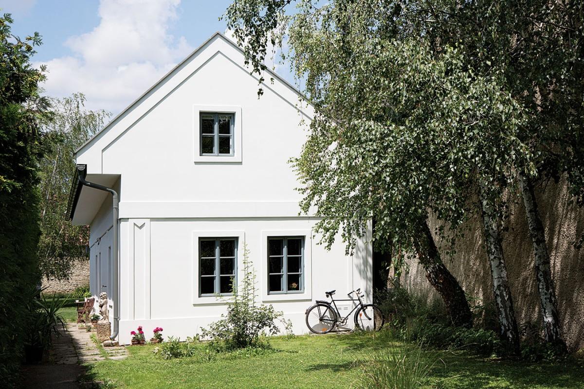 """Rodinný dům vpanonském venkovském stylu jako by tu stál odnepaměti. Trochu však """"klame tělem"""" – stojí tu sice mnoho desetiletí, domem však nebyl odjakživa. Už předešlí majitelé proměnili někdejší maštal vpřízemní obytný prostor, jemuž současní vlastníci dodali regionální charakter amoderní interiér. FOTO VELUX"""