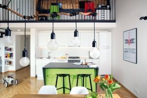 """Jednoduchou bílou kuchyň tvoří skříňky IKEA doplněné pracovní deskou ve stejné barvě. """"Nechtěli jsme tyto statické, nepřenosné věci řešit nákladně, protože stále stojíme před otázkou, zda žít vbytě, nebo vdomě se zahradou,"""" objasňuje majitelka. FOTO ROBERT ŽÁKOVIČ"""