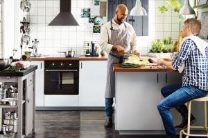 """Za rohem. Částečně vrámci obývacího pokoje, částečně sama pro sebe. Princip kuchyně, jejíž jednu """"stěnu"""" tvoří pult nebo vybíhající kuchyňská linka, je poměrně snadno uplatnitelný ivrámci rekonstrukcí. FOTO IKEA"""