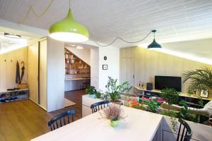 """Květináč jen vnáznaku odděluje obývací pokoj akuchyň. Je jakýmsi mezičlánkem, díky němuž se mají sedačka ajídelní stůl oco """"opřít"""". FOTO TOMÁŠ MANINA"""