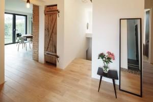 Schody vedou do suterénu, vněmž ze starého sklepa vzniklo praktické zázemí pro plnohodnotnou tělocvičnu se sprchou atoaletou, prádelnu, šatnu atechnickou místnost súložnými prostory. FOTO Lubor Sladký