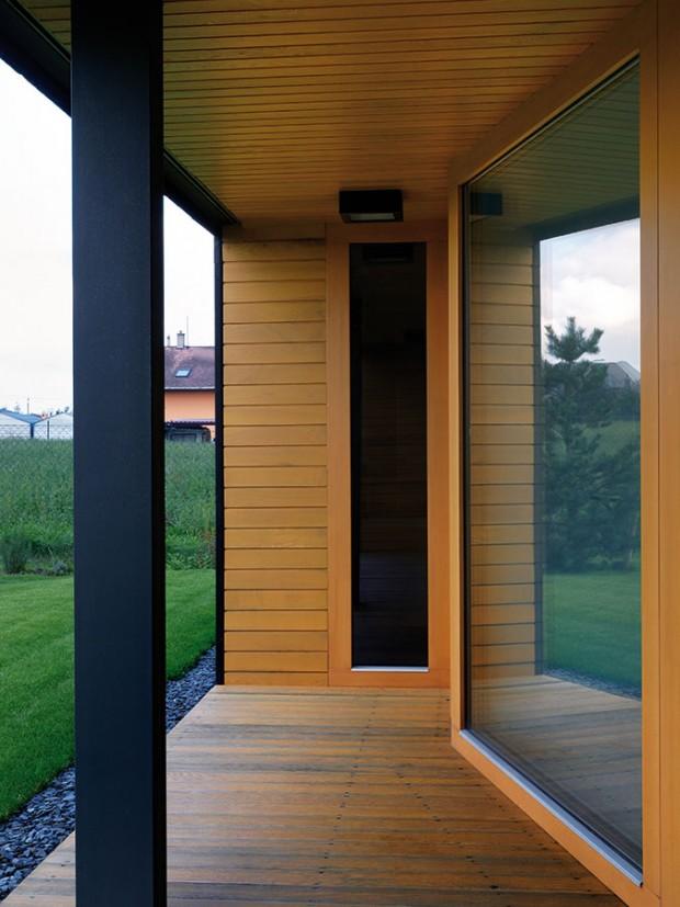 Kompaktní břidlicový hranol je prolamovaný dřevem obloženými nikami (ty bude možné uzavřít skládacími stěnami). Dřevo je zároveň pojítkem mezi bílým interiérem atmavým exteriérem. FOTO ROMAN POLÁŠEK