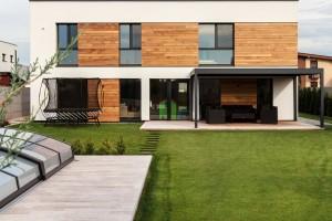 Ověřený iindividuální. EcoCube Max je největší zkolekce energeticky pasivních dřevostaveb firmy ForDom od ateliéru Createrra. Díky opakovanému, typovému řešení jsou parametry těchto staveb spolehlivě ověřené, díky možnostem modifikací se zase dokážou přizpůsobit individuálním požadavkům. Foto Dano Veselský