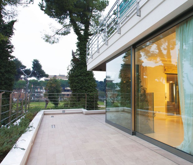 HST portály umožňují bezbariérové řešení vstupů na balkony aterasy. Komfortní posuvný systém otevírání dveří šetří místo vinteriéru, jelikož se terasové dveře neotevírají do prostoru. Vhodně zapuštěný nízký práh umožňuje pohodlný průchod do exteriéru. Zdvižně posuvné dveře se otevírají otočením kliky, přičemž dochází ke zdvižení křídla, jež lze následně posunout do strany. Odsunout dveřní křídlo do strany lze téměř bez námahy. FOTO RI OKNA