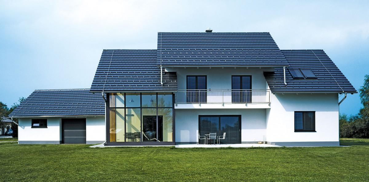 CREATON Domino přináší skvělé spojení jedinečných předností pravé keramické střešní tašky se současnými představami omoderním ajednoduchém vzhledu střechy.