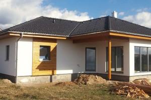 Vyberte si stupeň. Firmy, které dodávají montované dřevostavby, obvykle nabízejí různé stupně dokončení – od hrubé stavby vrůzných fázích až po úplně dokončený dům, včetně vnitřních povrchových úprav. Pozorně si prostudujte, co který stupeň obsahuje aco ne. Za hotový typový rodinný dům Atrium Nova 109 bez základové desky zaplatíte 2736000 Kč (včetněDPH). foto ATRIUM