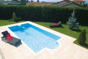 Výhodou bazénu skompaktnífiltrační jednotkou je, že nevyžaduje žádné potrubní rozvody – jednotka se prostě zavěsí na stěnu bazénu nebo se do ní zabuduje.