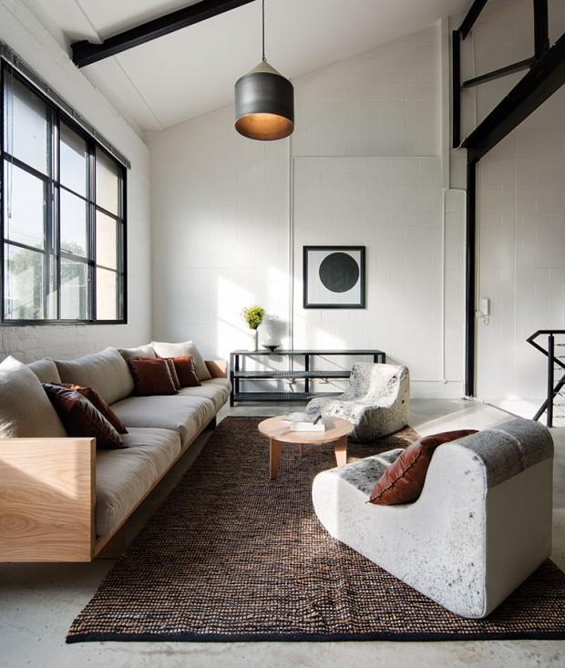 Křesla vobývacím pokoji jsou vyrobena zmateriálu připomínajícího leštěné betonové podlahy, což vytváří zajímavý optický klam. FOTO Ben Hosking (techne.com.au)