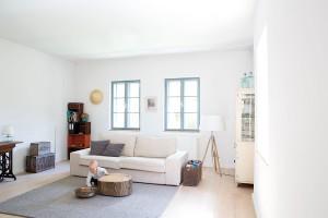 Vbarvách je jednota. Exteriér domu ctí tradice venkovské architektury, jeho interiér je však navržen vduchu dnešních trendů – otevřeně, prakticky alogicky. Díky bílým stěnám vcelém domě asvětlé neutrální barevnosti působí celistvě, čistě aharmonicky. Dalším efektem jeoptické zvětšení prostoru. FOTO VELUX