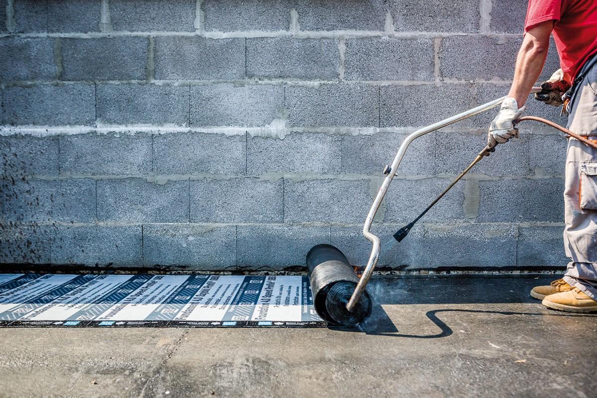 Životnost asfaltovaného pásu, který byl aplikován na základy bungalovu, se rovná technické životnosti budovy. FOTO Icopal