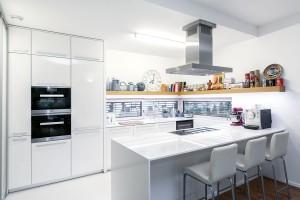 Osvědčená klasika. Téměř celé přízemí domu zabírá otevřený denní prostor skuchyní, navazující jídelnou aobývacím pokojem. Foto Dano Veselský