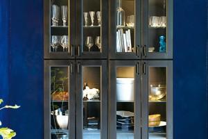 Galerie vjídelně. Když nezbývá místo vkuchyňské lince, proč nepřesunout většinu nádobí určeného ke stolování do příborníku vjídelní části? FOTO IKEA