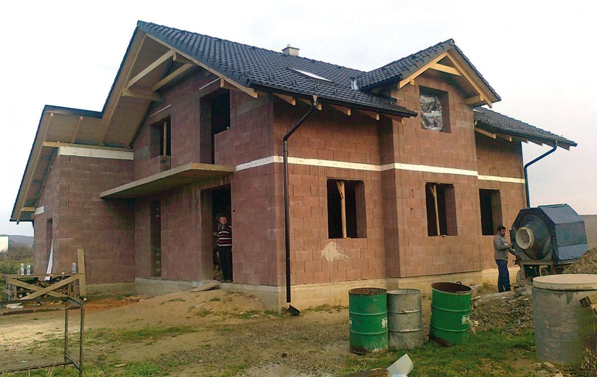 Kombinace dřeva abetonu. Vlastnosti stavebního systému Durisol vyplývají zkombinace dřeva abetonu – díky tvárnicím, jejichž základem je dřevěná štěpka, má vynikající tepelněizolační azvukověizolační charakteristiky, masivní betonové jádro zase výborně akumuluje teplo azabezpečuje skvělou statiku. Ukládání tvarovek nasucho je rychlé ajednoduché, aačkoli následná betonáž zvyšuje pracnost asnižuje rychlost výstavby, Durisol se dodatečně nezatepluje, čímž se zase ušetří hodně námahy ačasu. foto Leier