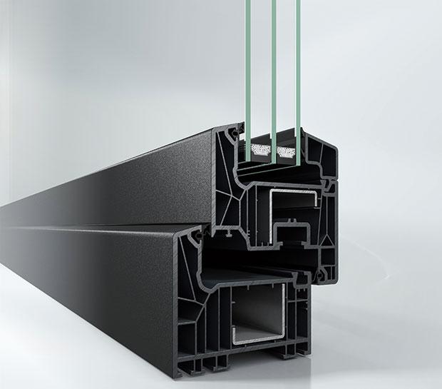 Nový systém pro plastová okna adveře. Profil Schüco LivIng (stavební hloubky 82 mm) má díky inovované technologii těsnění dlouhodobě vynikající tepelně izolační vlastnosti bez průvanu, vlhkosti ahluku. Výrobce utohoto profilu jako první na trhu použil vrozích svařitelné EPDM těsnění, které je vysoce odolné aoproti ostatním typům těsnění má vynikající tvarovou paměť. FOTO Schüco