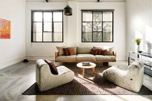 Kovová okna jsou vizuální připomínkou původního účelu budovy avytvářejí vinteriéru nezaměnitelnou atmosféru. Svou syrovostí vytvářejí perfektní kontrast kútulným zařizovacím předmětům obývací části. FOTO Ben Hosking (techne.com.au)