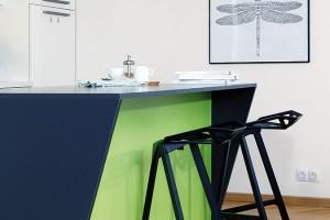 """Kuchyňský ostrůvek tvoří koupený korpus, na který si Andrea navrhla pracovní desku, apoužila ji ina atypicky zřezané boční stěny. """"Deska je vytažená do prostoru, atak na jedné straně rozšiřuje pracovní plochu asoučasně umožňuje barové sezení zdruhé strany,"""" objasňuje majitelka. FOTO ROBERT ŽÁKOVIČ"""