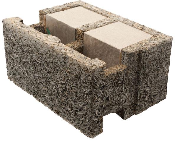 """Tvárnice je tvořena ze tří složek – dřevocementové štěpky, betonového jádra ašedého polystyrenu. Složení tvárnic umožňuje vysokou cirkulaci vzduchu adifuzi vodních par. Zdivo """"dýchá"""", proto tvoří příjemné prostředí pro bydlení apředchází vzniku suchého vzduchu inebezpečných plísní."""