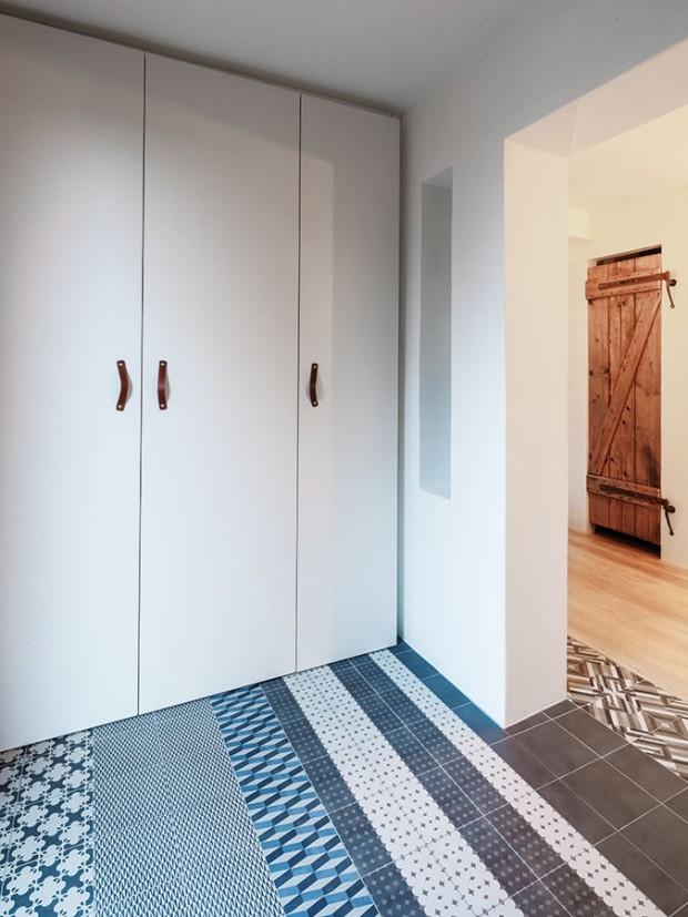 Kombinace několika vzorů keramických dlaždic rozveselila prostor zádveří, jež vzniklo zakrytím původně venkovního prostoru před vchodovými dveřmi. FOTO Lubor Sladký