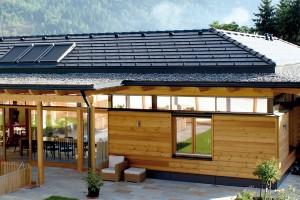 BRAMAC Tegalit STAR je krytina vhodná na novostavby, satraktivním vzhledem amimořádně odolnou povrchovou úpravou STAR. Mikromalta uzavírá póry avytváří hladký, elegantní povrch. Speciální barva odráží infračervené záření, atím chrání střechu před přehřátím – teplotní rozdíl až 10 ˚C přispívá kpříjemnějšímu klimatu vpodkroví. Vnabídce jsou tři trendové barvy.