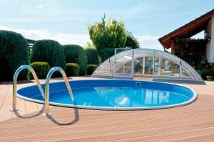 Uzapuštěných bazénů se nabízí několik materiálových řešení. Laminátové vznikají ve výrobě jako jednolitý kus ajejich povrch tak neruší žádný spoj. Plastové se vyrábějí zhomogenního kopolymeru, většinou modré barvy. FOTO ALBIXON