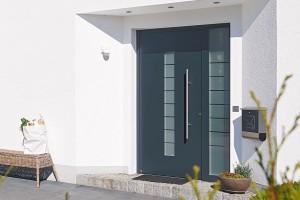 Dokonale utěsněno. Přejete-li si pro svůj domov vysokou tepelnou izolaci, ataké bezpečnost, nestačí zvolit ta správná okna. Důležitý je ivýběr vchodových dveří. Svchodovými dveřmi Hörmann ThermoSafe, které majíkřídlo otloušťce 73 mm azárubeň silnou 80 mm (Uaž 0,8 W/m²·K), ušetříte nejen energii, ale také ochráníte svůj domov proti vloupání ahluku. Dveře smechanickým pětinásobným bezpečnostním zámkem jsou na výběr ve 12 motivech a7 trendy odstínech. FOTO Hörmann