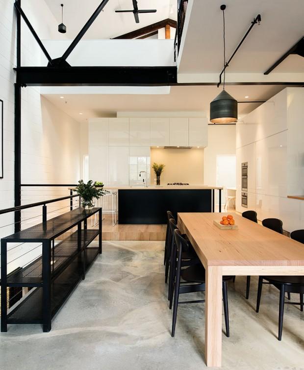 Industriální šik. Zatímco převažující barvou vkuchyni je bílá, vjídelně hraje prim černá. Černé židle aregál odkazují ke kovovým konstrukcím, jež prostupují celý prostor jako připomínka původního účelu budovy. FOTO Ben Hosking (techne.com.au)