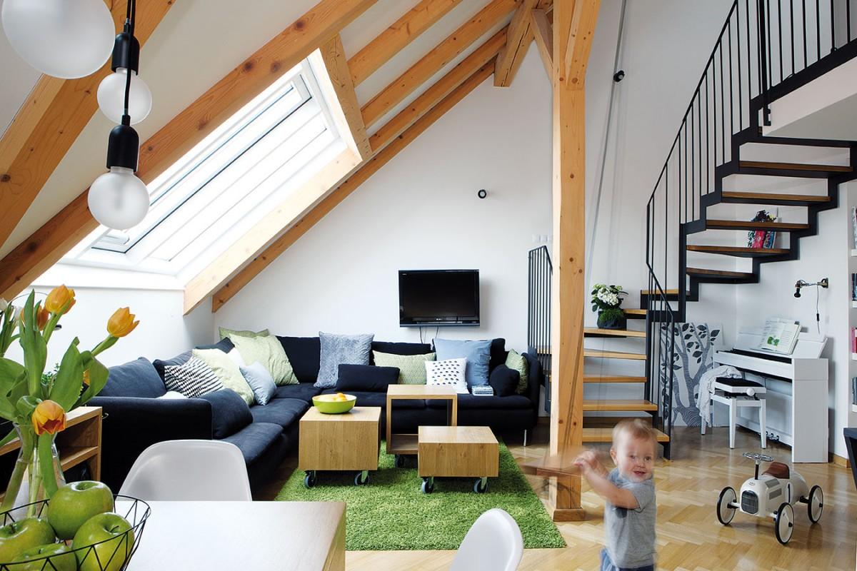 Pod střešními okny vdenní části je umístěna rohová sedací souprava doplněná trojicí tvarově jednoduchých stolků různé výšky na kolečkách. FOTO ROBERT ŽÁKOVIČ