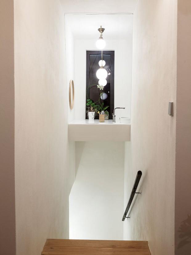 Zajímavým prvkem je prosklená stěna nad schodištěm, které sem přivádí přirozené světlo zokna vkoupelně. Původně byl tento cenný prostor zazděný anevyužitý. FOTO Lubor Sladký