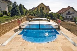 Zastřešení bazénu představuje nákladnější položku, doporučuje se však sním do budoucna počítat – zpevněná plocha kolem bazénu by měla být dostatečně široká, aby se na něj dalo vybrané zastřešení instalovat. FOTO MOUNTFIELD