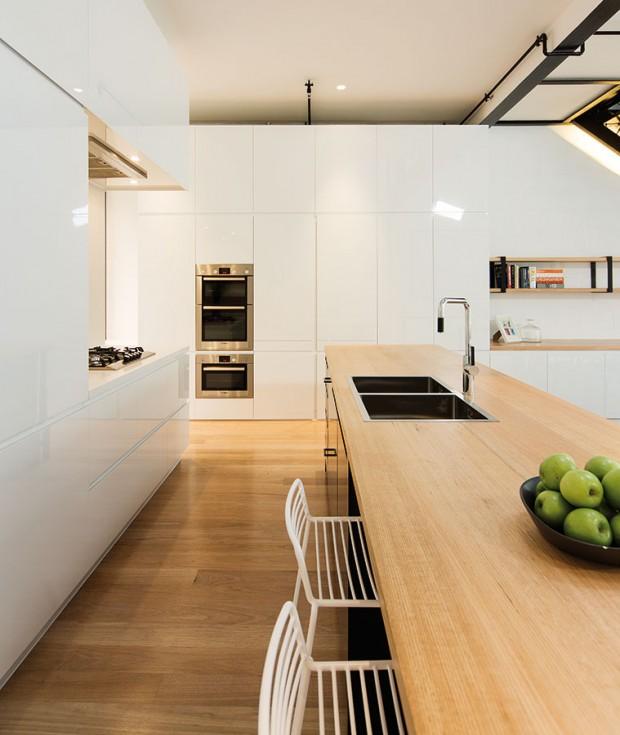 """Kuchyňská linka je zařízena moderně aposkytuje tvůrci jídla dostatek prostoru pro realizaci každodenních islavnostních kulinářských nápadů. Navíc je tu imísto pro pohodlné posezení případných """"pomocníků"""". FOTO Ben Hosking (techne.com.au)"""