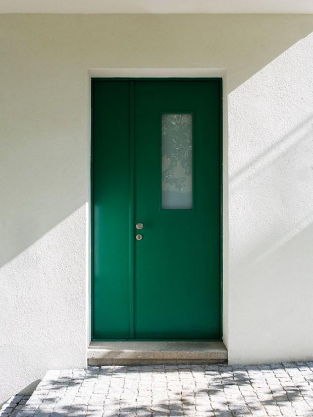 """Sprvorepublikovou noblesou. Díky vzhledu nových vchodových dveří i""""staromilskému"""" dláždění před vchodem dům připomíná éru, vníž vznikl. foto tomáš brabec"""
