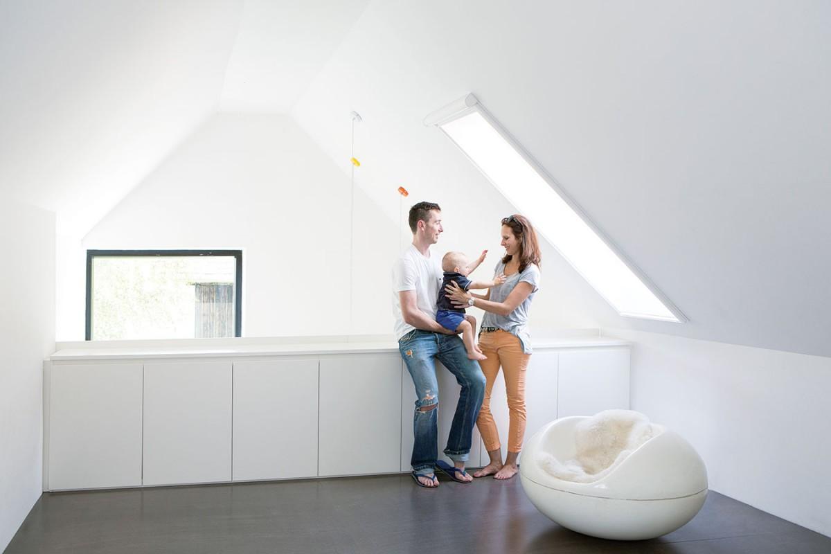 Spaní na galerii. Ložnice rodičů je koncipovaná jako otevřená galerie apatří kzajímavým architektonickým prvkům, které příjemně oživují střídmý interiér. FOTO VELUX