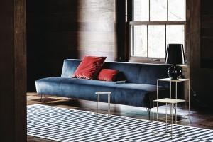 Tenké nožky, nicméně pohodlné sezení. Módní barvy – modrá, šarlatová, hořčicová azlatá. Gianluigi Landoni asérie POP pro Vibieffe. FOTO VIBIEFFE