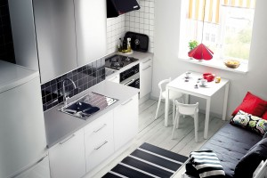 Když to prostor dovolí, má svůj význam ikuchyň oddělená od obývacího pokoje. Rozhodující víc než metry čtvereční je tvar. Jídelní stůl tu můžete doplnit lavicí nebo menší pohovkou. FOTO IKEA