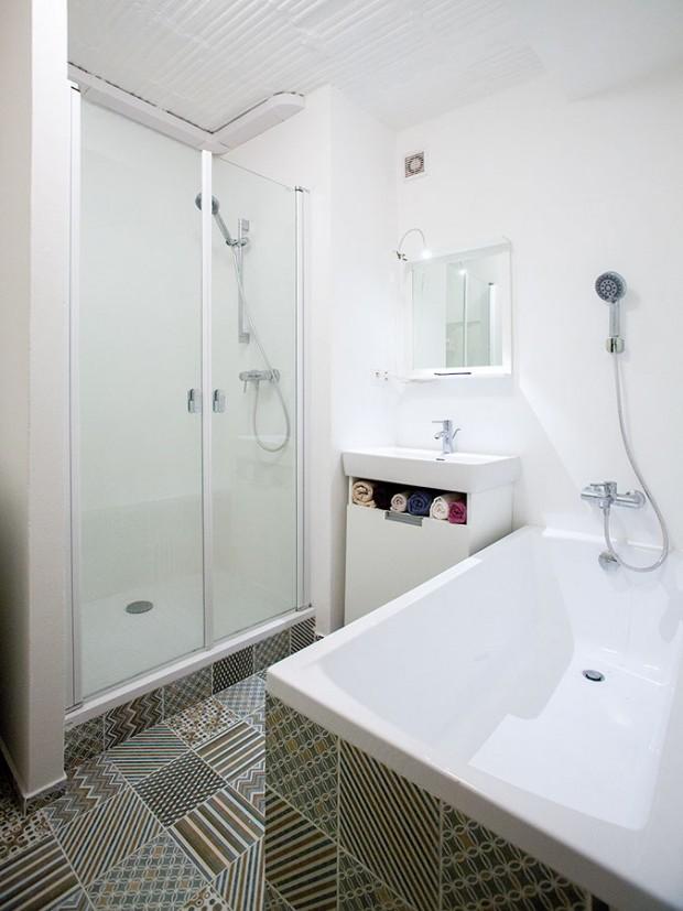 Větší koupelna byla jednou zmála majitelových požadavků. Protože jí architekti věnovali také kus chodby, vešla se do ní pračka, sprchový kout avana. FOTO TOMÁŠ MANINA