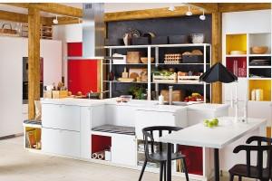 Jako laboratoř. Konstrukci otevřených polic můžete nechat přiznanou nebo ji natřít stejnou barvou jako stěnu, před kterou stojí, atak ji decentně zakamuflovat. Kromě originálního vzhledu tak získáte větší flexibilitu při kulinářských pokusech. FOTO IKEA