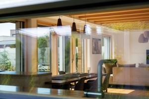 Pásové okno mezi pracovní plochou kuchyňské linky ahorními skříňkami je dalším zvydařených trendy prvků současných rodinných domů. Foto Dano Veselský