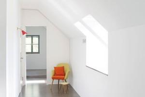 Noční zóna vpodkroví zahrnuje kromě rodičovské ložnice irodinnou koupelnu adětský pokoj orientovaný na jihovýchod. FOTO VELUX