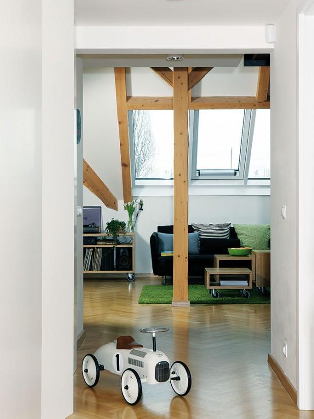 Kouzlo podkrovního prostoru ještě více umocňuje soustava tří střešních oken, která denní část pěkně prosvětlují, avneposlední řadě přiznané dřevěné trámy. FOTO ROBERT ŽÁKOVIČ