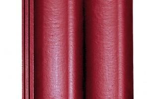 KMB Hodonka od společnosti KM Beta je univerzální betonová taška barvená pigmenty na bázi oxidu železa, svysokou únosností (2 000 N) amrazuvzdorností. Vnabídce jsou dvě povrchové úpravy – dvojitý akrylátový nástřik (Elegant) aspeciální dvojitý nástřik sleskem (Briliant) – večtyřech tradičních barvách.