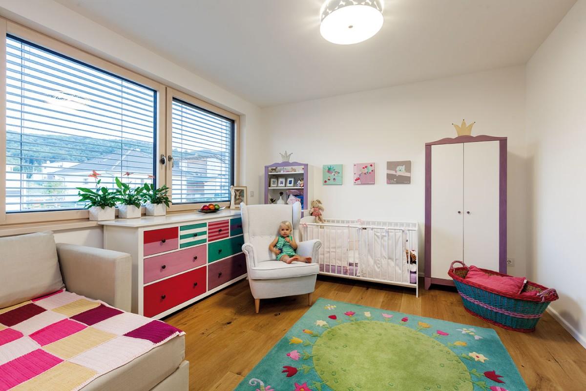 Dětský pokoj, zařízený vesele, ale také účelně, koncipoval architekt na přání rodičů jako jednu velkou místnost, kterou lze podle potřeby předělit nábytkem. Foto Dano Veselský