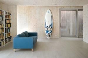 Nadřevěném pozadí. Charakteristický vzhled dodaly prostorům vdomě masivní dřevěné panely Novatop. Jemná struktura dřevěných povrchů vytvořila pozadí pro každodenní život obyvatel. Foto Filip Šlapal