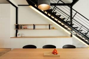 """Černé akcenty na bílo-dřevěném pozadí jsou efektním způsobem, jak poukázat na původní prvky budovy ataké jak oživit neutrální barevnost apřitom zbytečně """"nedivočit"""". FOTO Ben Hosking (techne.com.au)"""