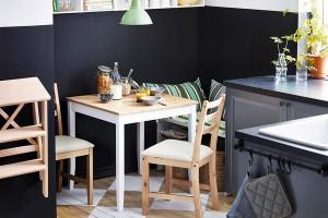 Kontrasty abarvy pomohou kpropojení různého zařízení vmenším prostoru. Sladit stůl spodlahou alinku se stěnami je netradičním, oto však originálnějším řešením. FOTO IKEA