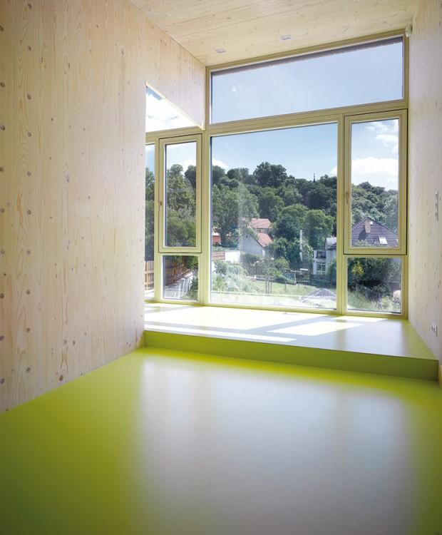 Zelený výhled. Vedle prosvětlení asolárních zisků je bonusem bohatě zasklené jižní fasády ivýhled, který zprostředkovává kontakt se zahradou isokolní krajinou. Foto Filip Šlapal