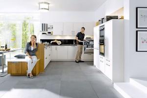 Víc než jen posezení. Lavice, která je součástí kuchyňského ostrůvku či poloostrova, kromě místa ksezení nabízí ibonus vpodobě dalšího úložného prostoru. FOTO SCHÜLLER