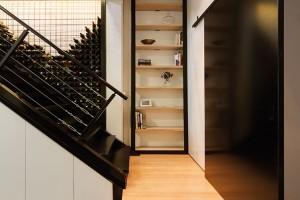 Stěna za jedním ze schodišť se stala díky nápaditému řešení zároveň vinným sklípkem. Aže se tam těch lahví vejde... FOTO Ben Hosking (techne.com.au)