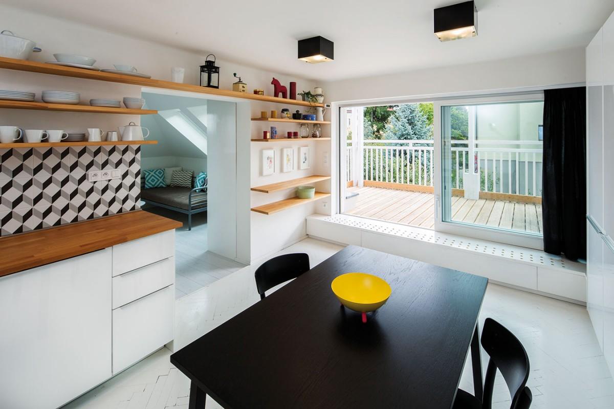 Černý jídelní stůl dominuje kuchyňské části atvoří jakýsi magnetický střed světlého interiéru, kněmuž se poutá veškerá pozornost. foto tomáš brabec