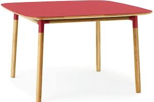 Barevné oživení má vprostoru obytné kuchyně přímo blahodárný účinek. Červený stůl Form je dostupný vrůzných barvách avelikostech, sympatický je na něm ipříjemný oblý tvar. FOTO NORMANN COPENHAGEN